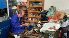 Los artesanos combaten la crisis: no hay turistas, pero  la gente descubre que arreglan zapatos o venden de todo