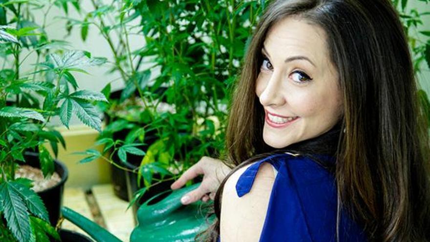 La Reina de la marihuana medicinal en Los Ángeles, Dina Browner, participa en el III Foro Social de Cannabis en Irun