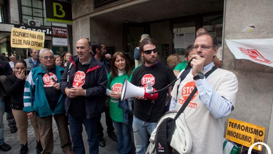 Acción de Stop Desahucios ante una sucursal de Bankia | MADERO CUBERO