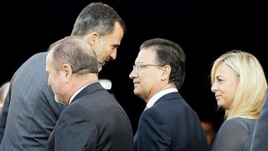 El rey Felipe VI ha saludado a la imputada alcaldesa de Alicante (foto: EFE)