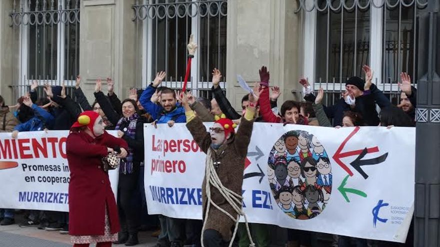 La Coordinadora de ONG de desarrollo de Euskadi -formada por 82 organizaciones- en su protesta frente al Parlamento vasco