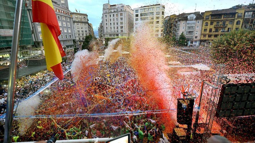 Lanzamiento del chupinazo en las fiestas de Santiago en Santander.