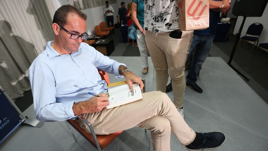 David Jiménez, firmando ejemplares de su libro 'El Director'