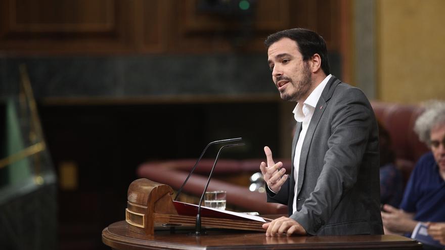 Garzón pide al Gobierno una ley que rebaje el papel de la familia de Franco y la Iglesia en el traslado de los restos