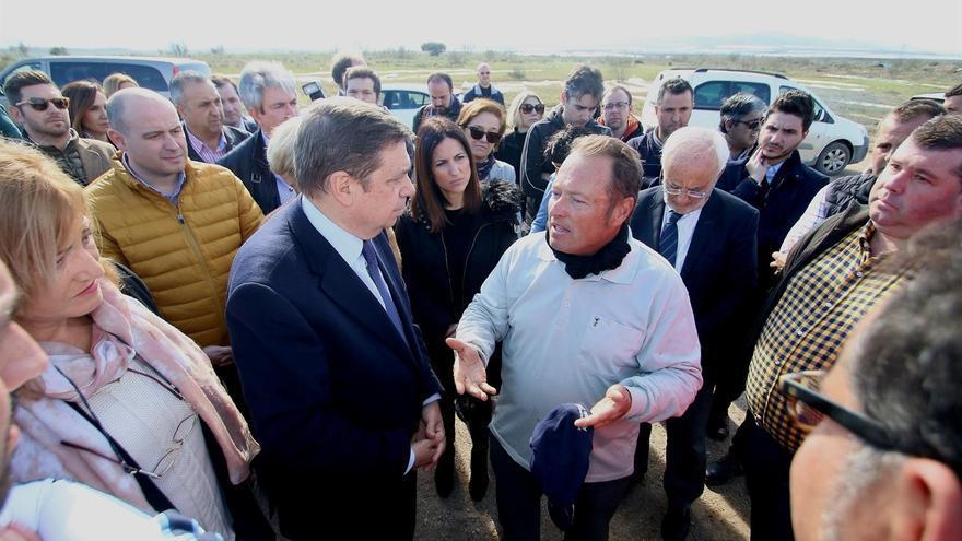 Planas con los agricultores durante una visita a Almería.