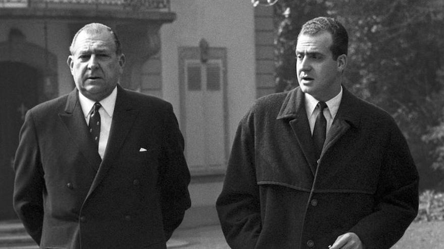 """Lausanne (Suiza), Marzo 1969.- Juan de Borbón y Juan Carlos pasean por """"Villa Fontaine"""", residencia de la reina Victoria Eugenia, que se encontraba enferma."""