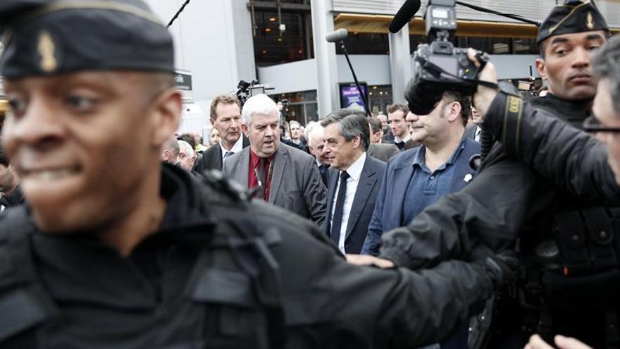 Los aliados centristas de Fillon suspenden la participación en su campaña