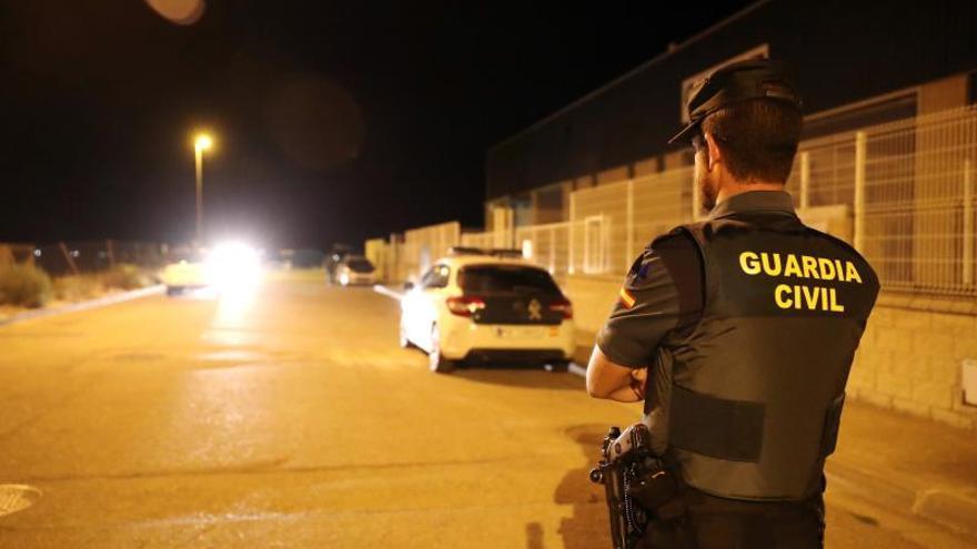 La Guardia Civil ha detenido en la localidad de Pedrola (Zaragoza) a un hombre y una mujer en relación al asesinato de José Antonio Delgado Fresnedo, un vecino de Getxo (Vizcaya) de 54 años que fue atraído a una emboscada para un robo a través de una cita para un encuentro sexual concertada en internet.
