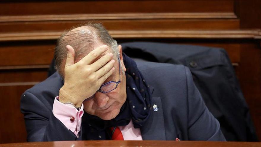 José Manuel Baltar, consejero de Sanidad, en el Parlamento de Canarias. (EFE)