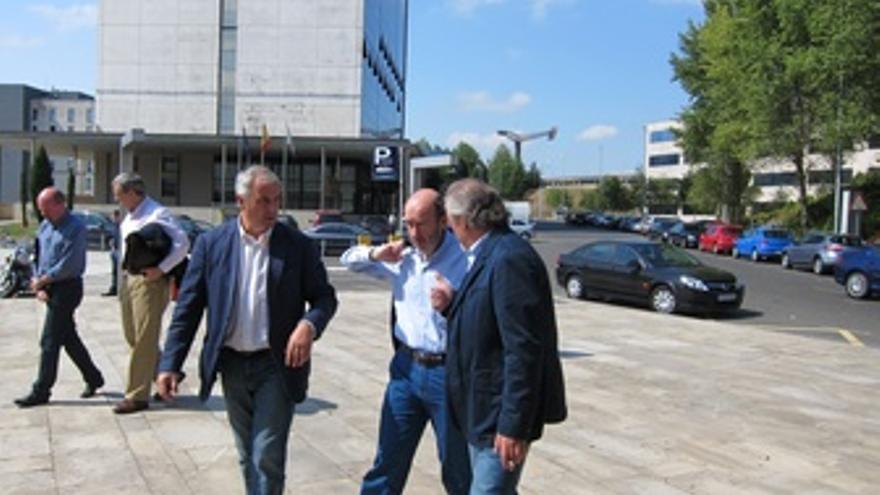 Rubalcaba, a su llegada al Palacio de Congresos de Santiago. (EUROPA PRESS)