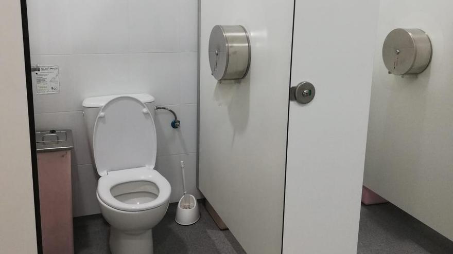 Baño donde apareción una cámara que estaba oculta en el dispensador de papel.
