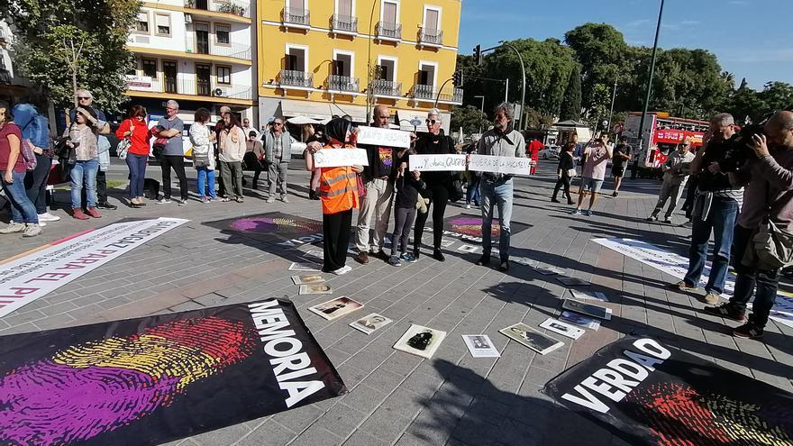 Concentración a las puertas de la la Basílica de La Macarena reclamando que se saque al general golpista Queipo de Llano