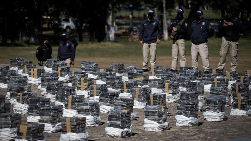 Muestran tres toneladas de cocaína, el mayor alijo incautado en Paraguay
