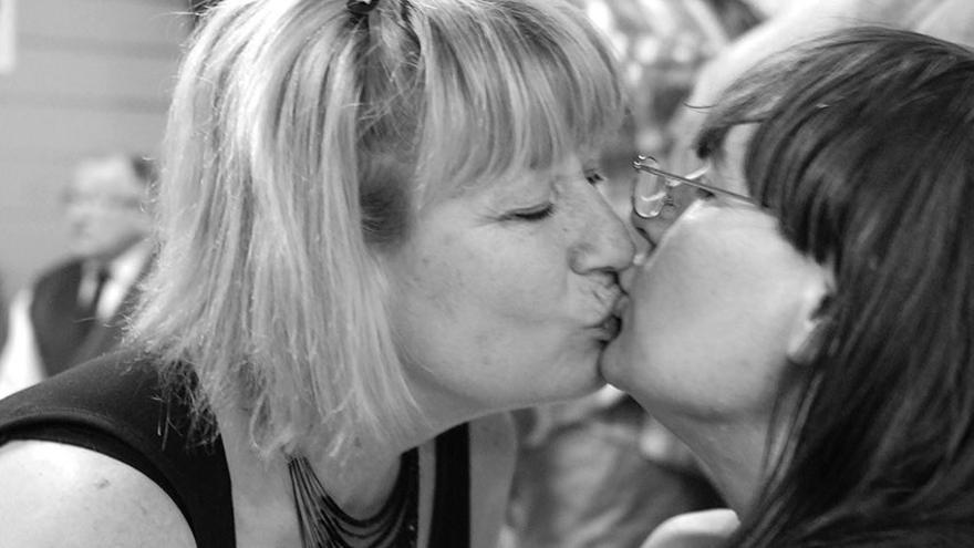 Beso de dos mujeres en un acto de la Fundación 26 de Diciembre./ Chelo García