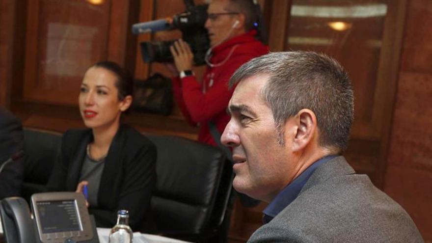 El presidente del Gobierno de Canarias, Fernando Clavijo, y la socialista Patricia Hernández.