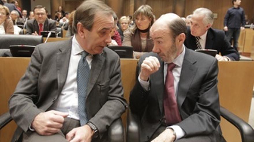 Alfredo Pérez Rubalcaba Con José Antonio Alonso En El Congreso