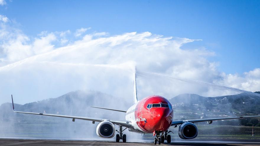 Tradicional chorro inaugural en los primeros vuelos nacionales de Norwegian
