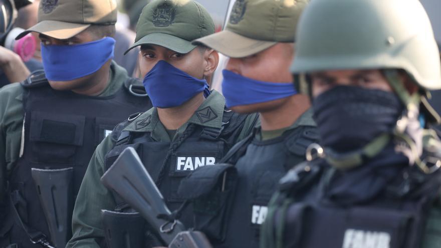Miembros de las fuerzas armadas de Venezuela portan el pañuelo azul que identifica a los seguidores de Juan Guaidó.