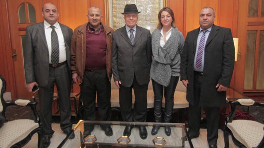 La delegación libia, con la alcaldesa en su despacho | RAFAEL MELLADO