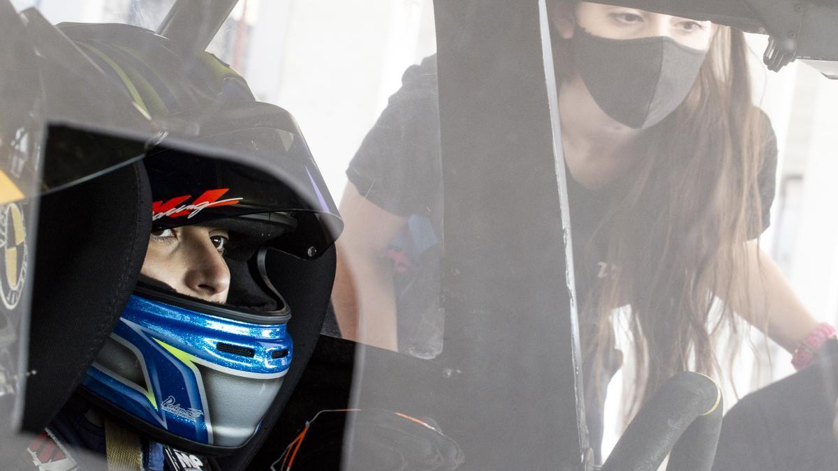 Valentina Funes a punto de probar el auto: correrá el 16 de mayo en Entre Ríos. Paula Salazar revisa que esté todo listo.