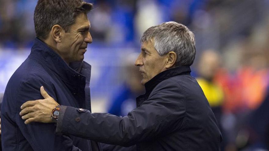 El entrenador argentino del Deportivo Alavés, Mauricio Pellegrino (i), saluda al de la UD Las Palmas, Quique Setién, durante el partido de Liga en Primera División disputado en el estadio de Mendizorrotza, en Vitoria. EFE/Adrián Ruiz de Hierro