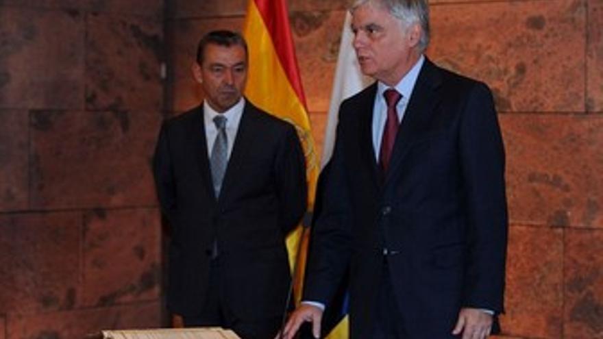 Paulino Rivero observa a José Miguel Pérez durante la toma de posesión de los consejeros del nuevo Gobierno. (ACFI PRESS)