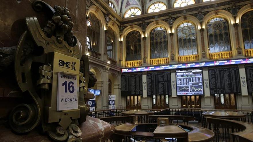 El IBEX 35 cae un 0,45 por ciento a mediodía, lastrado por la banca