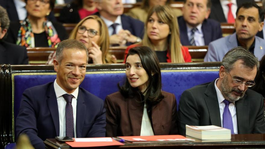 La nueva presidenta del Senado, Pilar Llop, flanqueada por el senador del PSOE Ander Gil (i) y el anterior presidente del Senado, Manuel Cruz (d), al inicio de la sesión constitutiva de la XIV Legislatura en el Senado, en Madrid (España), a 3 de diciembre de 2019.