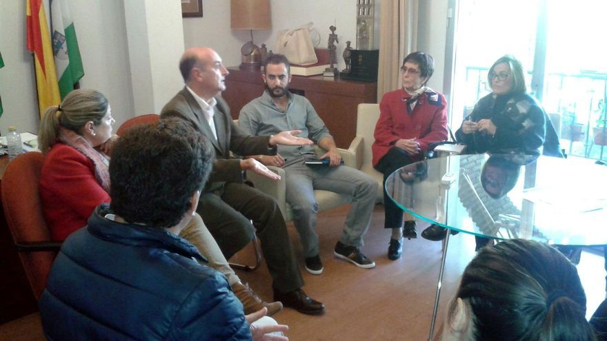 El alcalde habla con integrantes de la plataforma pro-hospital en su despacho.