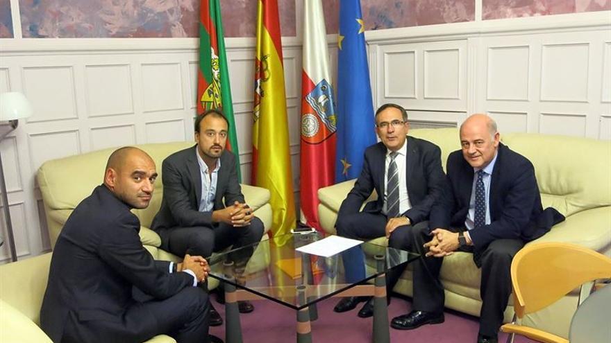 Los responsables municipales han recibido al equipo directivo de Sniace en el Ayuntamiento.