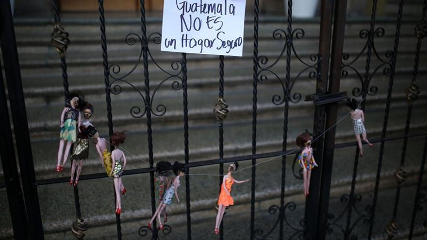 """""""Guatemala no es un hogar seguro"""". Manifestantes realizan un acto simbólico frente a la Casa Presidencial por la muerte de 40 niñas en un centro de menores."""