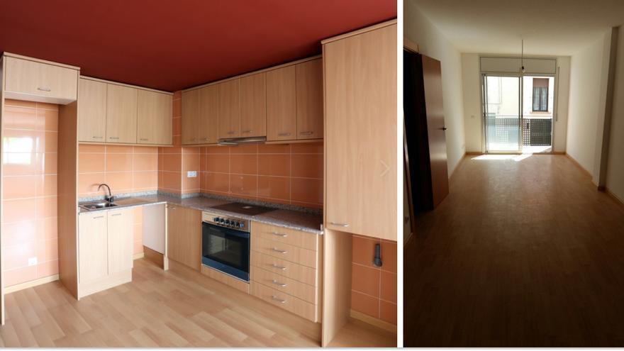 A la izquierda, la casa fotografiada y promocionada, más luminosa; a la derecha, el salón real