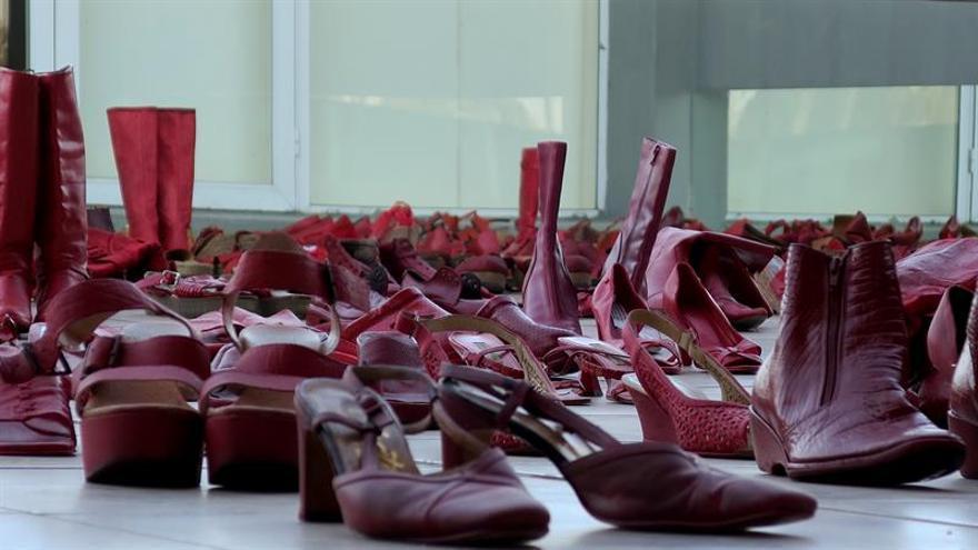 """""""Zapatos Rojos"""" contra la violencia de género"""