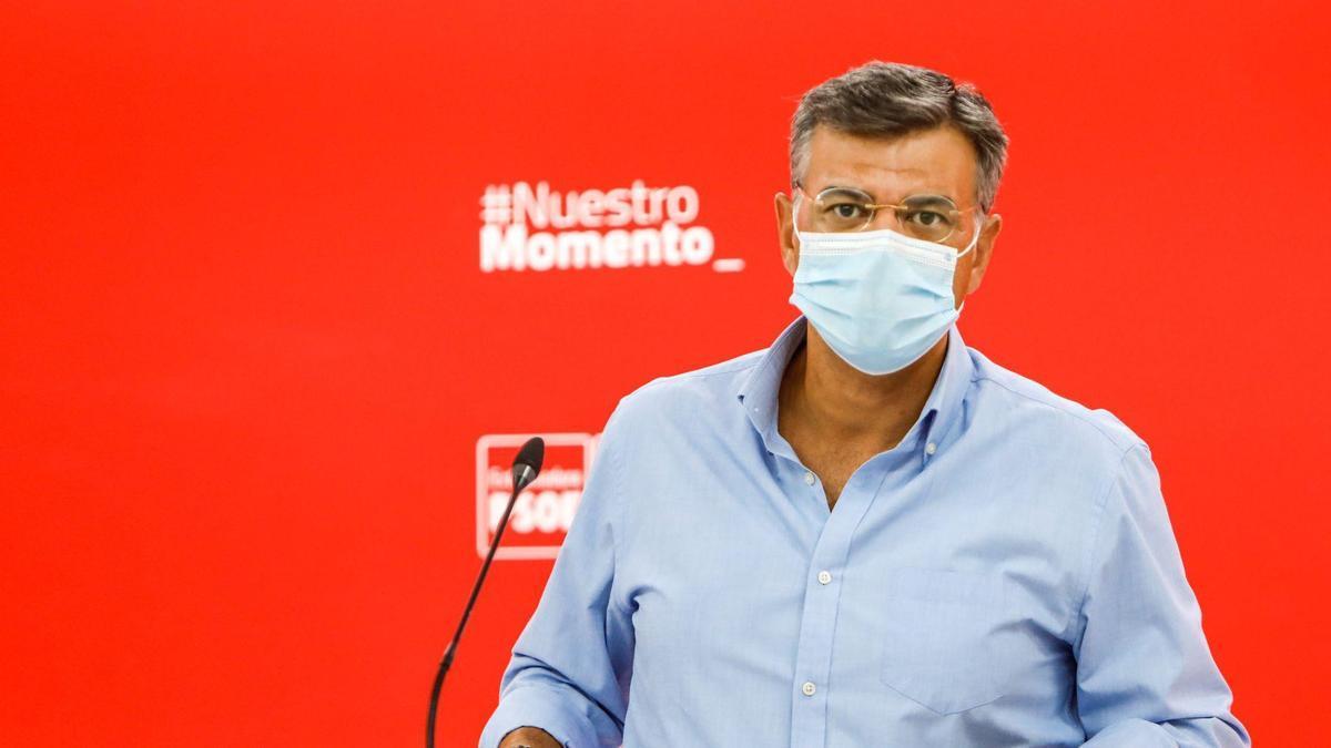 El portavoz del PSOE de Extremadura, Juan Antonio González, en la rueda de prensa de este lunes