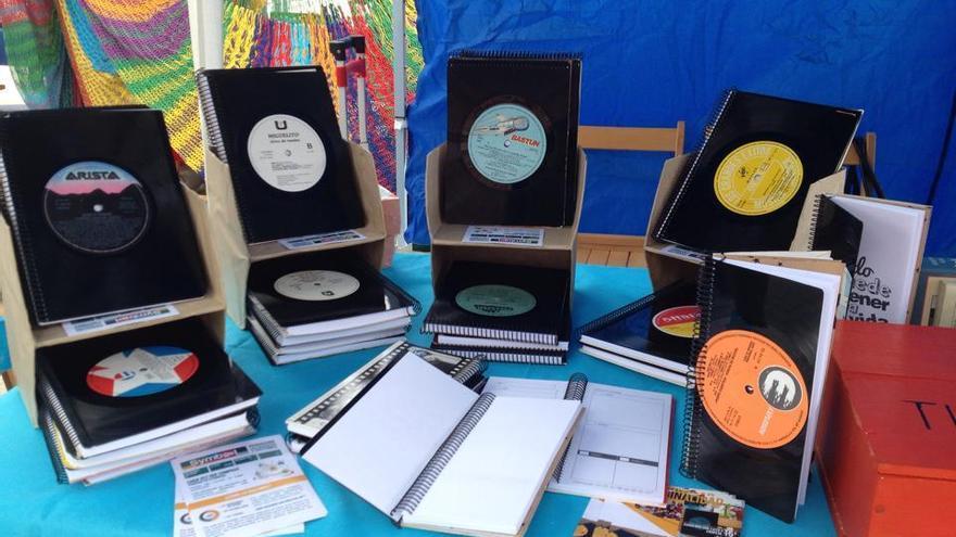 Los cuadernos hechos con discos de vinilo que elaboran los participantes de los talleres. / Symbool