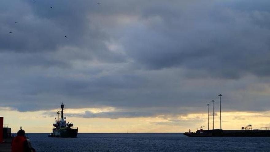 El 'Arctic Sunrise' zarpando del Puerto de Arrecife | @greenpeace_esp
