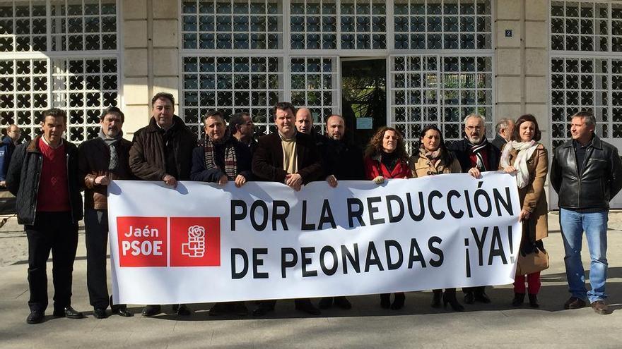Alcaldes del PSOE ante la Subdelegación del Gobierno en Jaén.