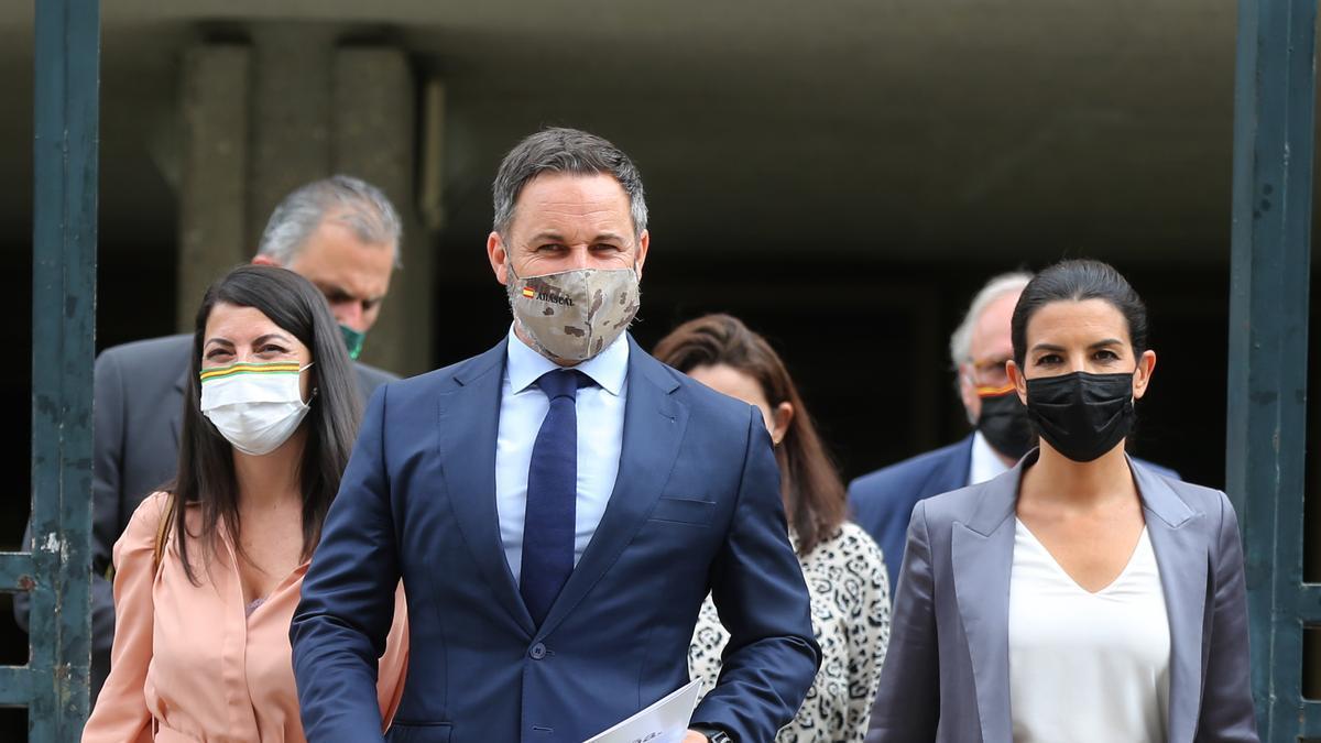 El líder de Vox, Santiago Abascal, junto a Macarena Olona y Rocío Monasterio frente al Tribunal Constitucional.