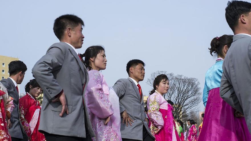 Vistas de la ciudad de Piongyang. (CA).  Vestimentas tradicionales. (CA).