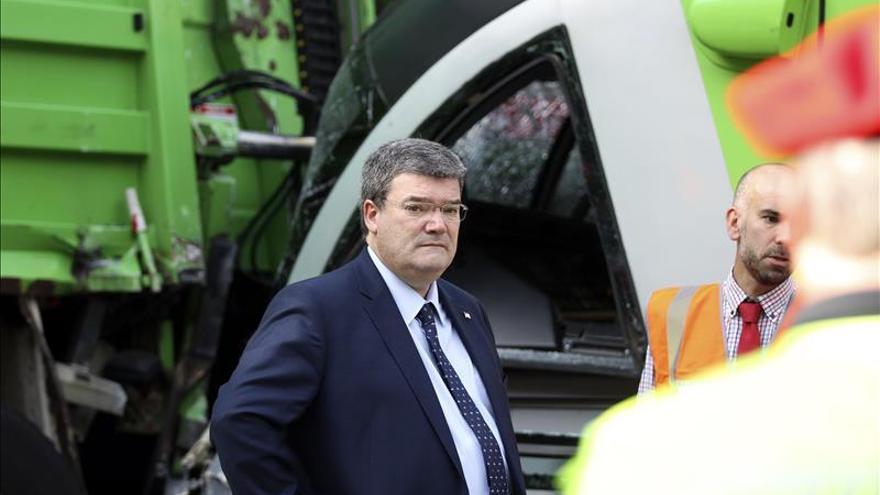 Ocho heridos al chocar un tranvía con un camión de la limpieza en Bilbao