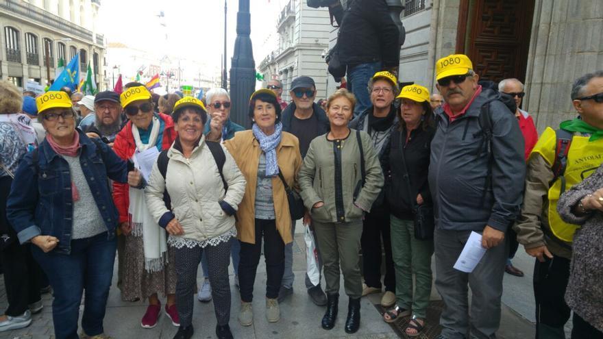 Un grupo de pensionistas llegados de Guipuzkoa con gorras exigiendo que la pensión mínima sea de 1.080 euros.