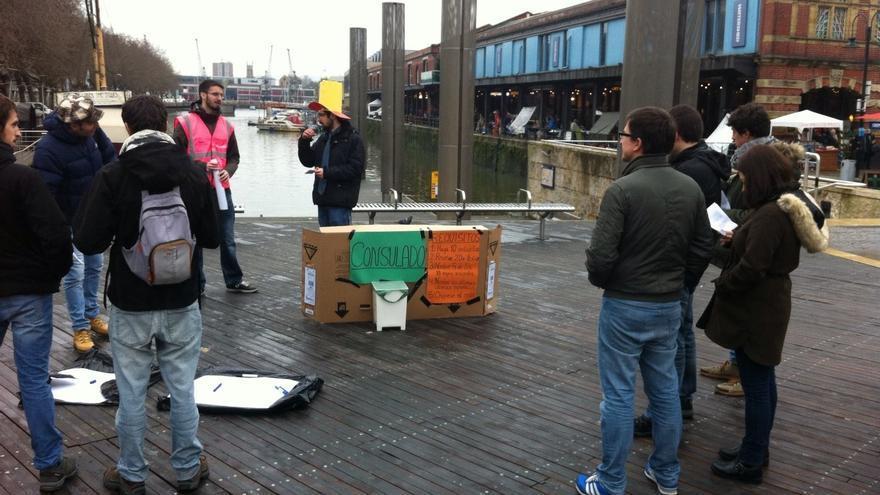 En Bristol, los manifestantes simularon un consulado en el que poder votar