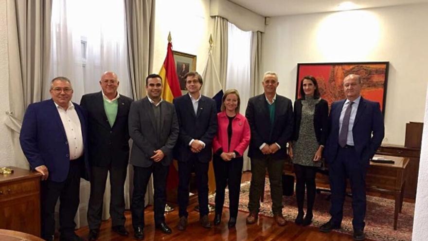 La diputada Ana Oramas, con la directiva de Asprocan en la sede del Gobierno de Canarias en Madrid