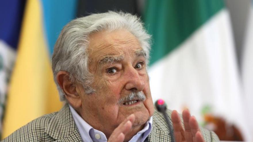 """El expresidente de Uruguay José Mujica participa de una conferencia magistral hoy martes en la sede de la cancillería en Ciudad de México (México). José Mujica aseguró este martes que el futuro de Latinoamérica pasa por unirse frente a la globalización y al poder del mercado, ante lo que considera una nueva época de """"neocolonización""""."""