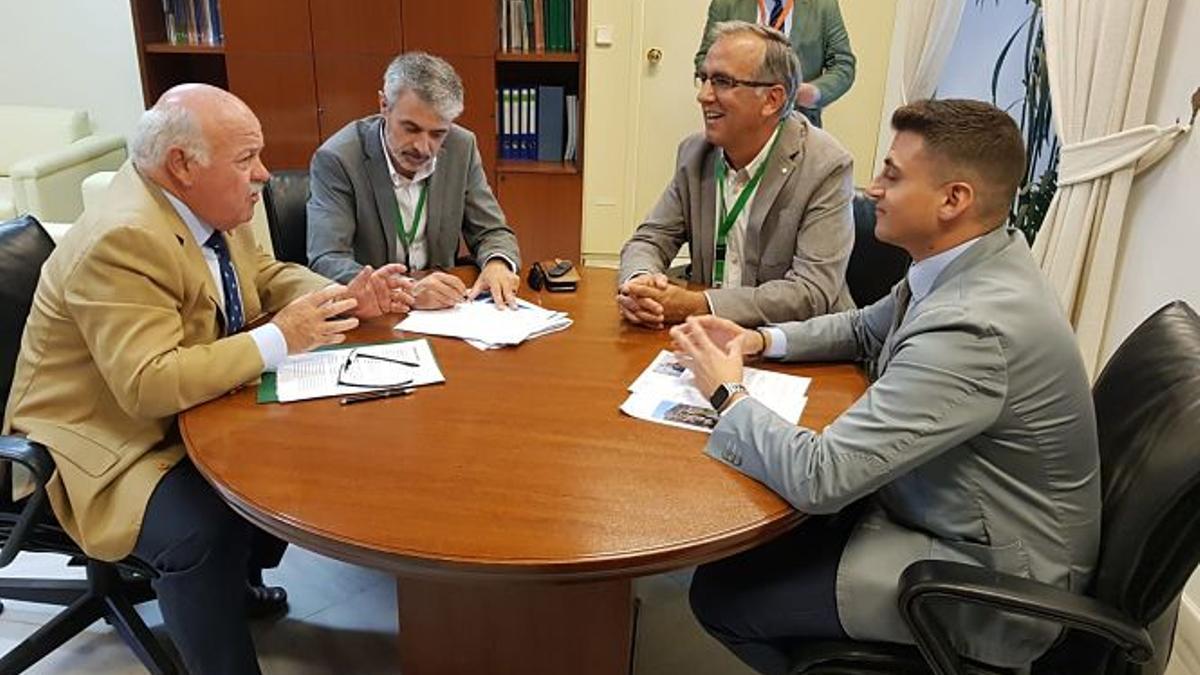 El consejero de Salud, Jesús Aguirre (izquierda), visitó hace en 2019 La Alpujarra para anunciar la construcción del hospital