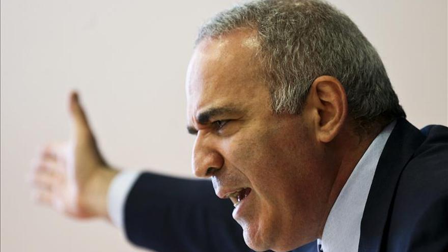 Kasparov cree que hay que endurecer las sanciones a Rusia para frenar a Putin