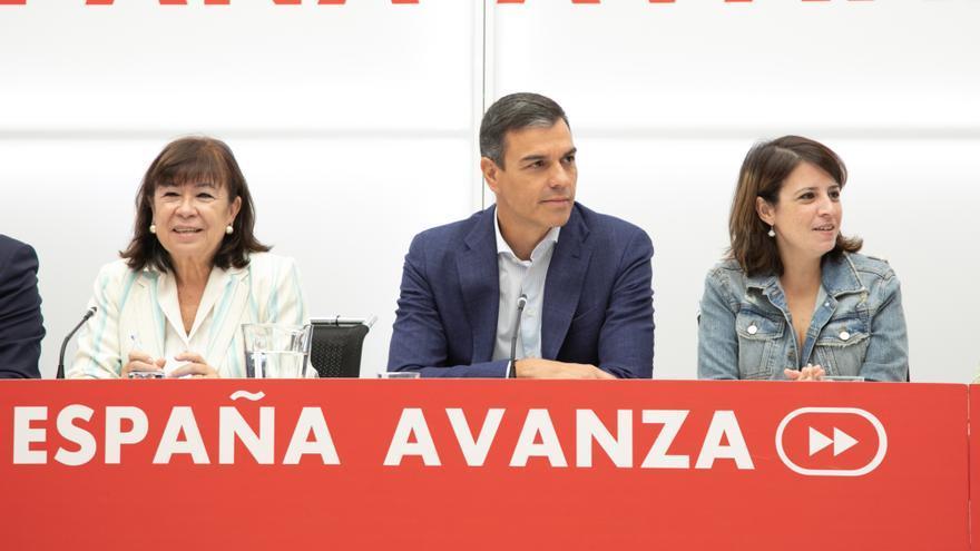 Pedro Sánchez junto a Cristina Narbona y Adriana Lastra en la reunión de la Ejecutiva.
