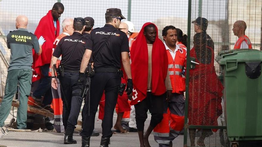 Llegan a puerto los 28 inmigrantes rescatados a 22 millas al sur de El Ejido