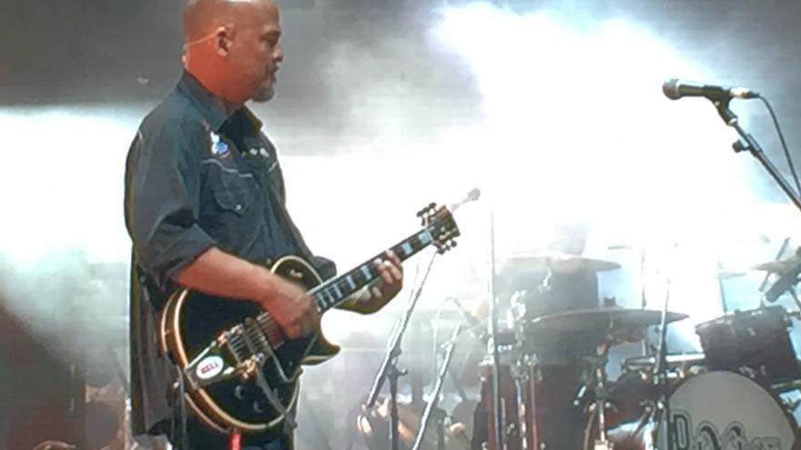 El guitarrista Joey Santiago, en plena actuación en Kobetamendi