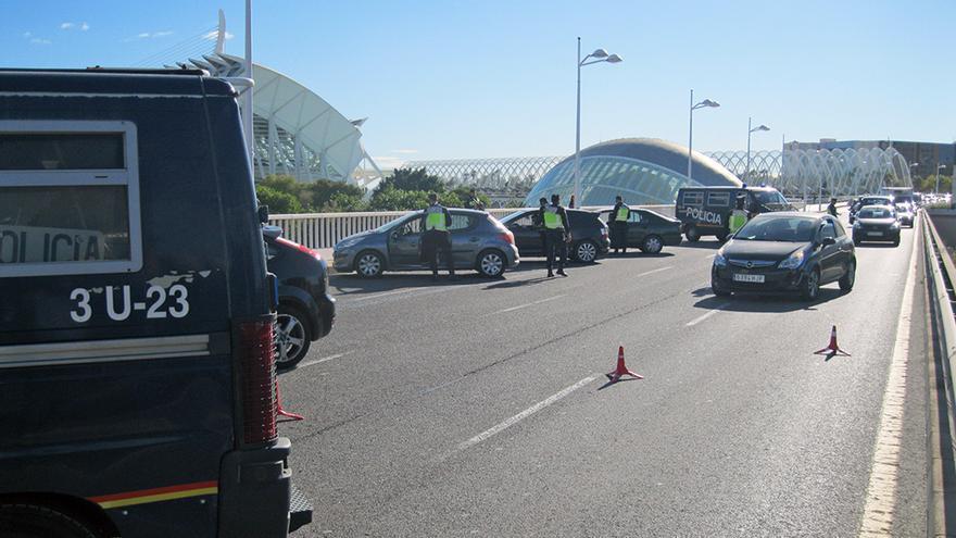Agentes de la Policía Nacional en un dispositivo de control en la ciudad de Valencia